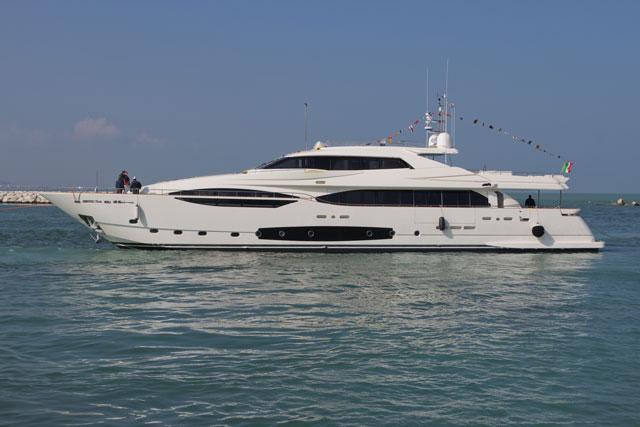 Ferretti-Custom-Line-124-hull-4