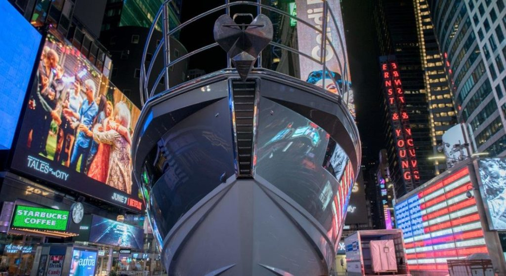 Azimut Takes Over Times Square: with the Azimut S6 yacht